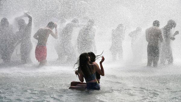 Горожане купаются в фонтане в садах Трокадеро в Париже. 27 июня 2019
