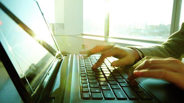 Мужчина сидит за компьютером