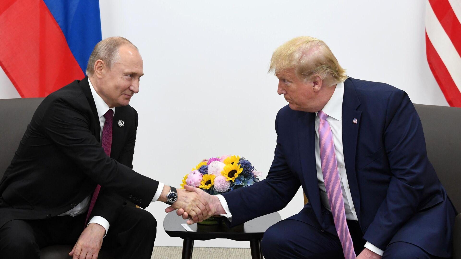 Президент РФ Владимир Путин и президент США Дональд Трамп на полях саммита Группы двадцати в Осаке. 28 июня 2019 - РИА Новости, 1920, 08.09.2020