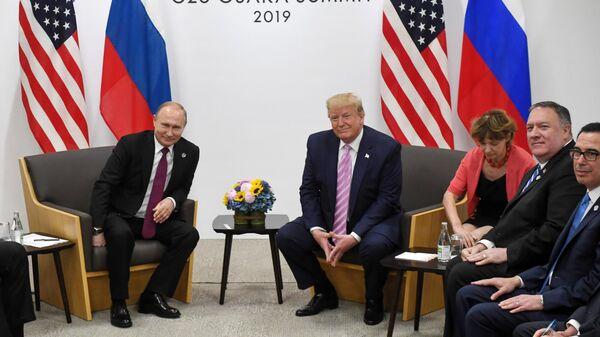 Президент РФ Владимир Путин и президент США Дональд Трамп (второй слева) во время встречи на полях саммита Группы двадцати в Осаке