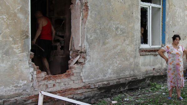 Жители Донецка возле дома после обстрела. 28 июня 2019