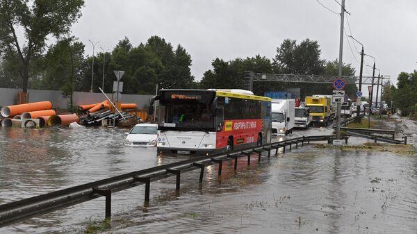 Автомобили на затопленном участке дороги к аэропорту Шереметьево затопило из-за сильных дождей