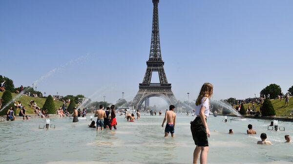 Горожане купаются в фонтане в садах Трокадеро в Париже
