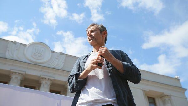 Лидер партии Голос и рок-группы Океан Эльзы Святослав Вакарчук во время акции против деятельности Верховной рады в Киеве