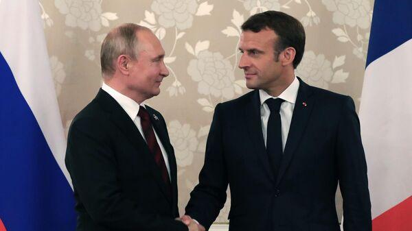 Президент РФ Владимир Путин и президент Франции Эммануэль Макрон во время встречи на полях саммита Группы двадцати в Осаке. 28 июня 2019