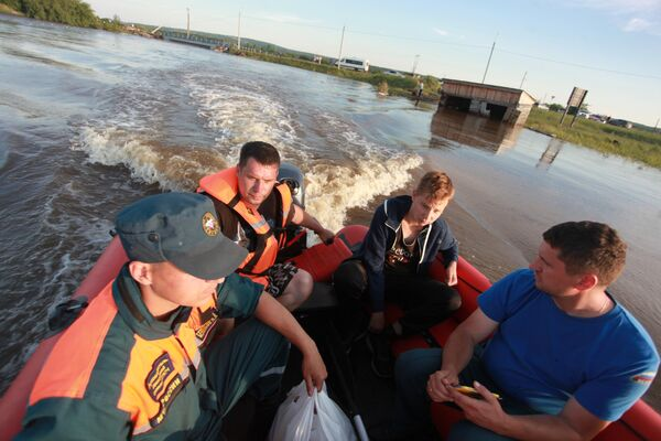 Спасатели МЧС в одном из подтопленных районов Тулуна