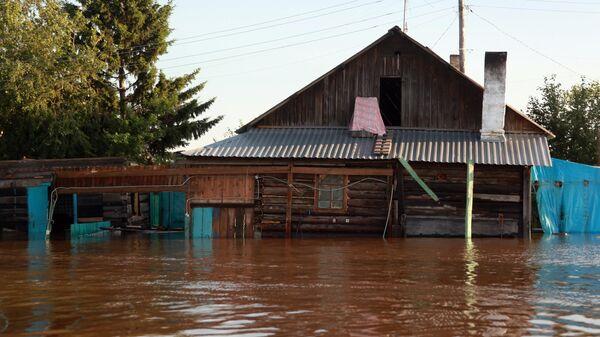 Жилой дом в подтопленном районе Тулуна