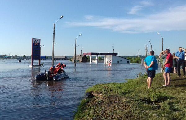 Сотрудники МЧС и жители города Тулуна в Иркутской области, подтопленного в результате паводка
