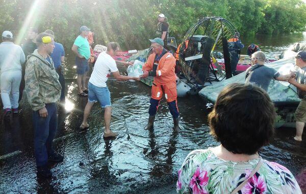 Сотрудники МЧС привезли питьевую воду для жителей подтопленного Тулуна