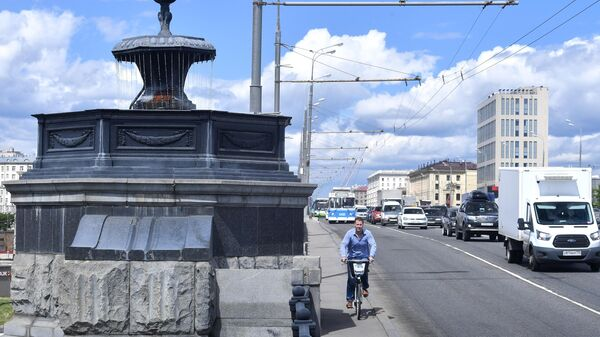 Автомобильное движение по Крестовскому путепроводу на проспекте Мира в Москве
