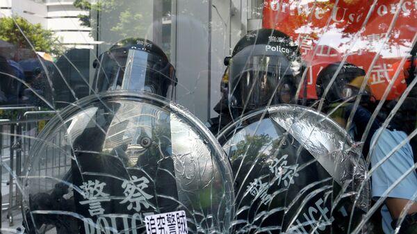 Полиция у здания Законодательного собрания в Гонконге