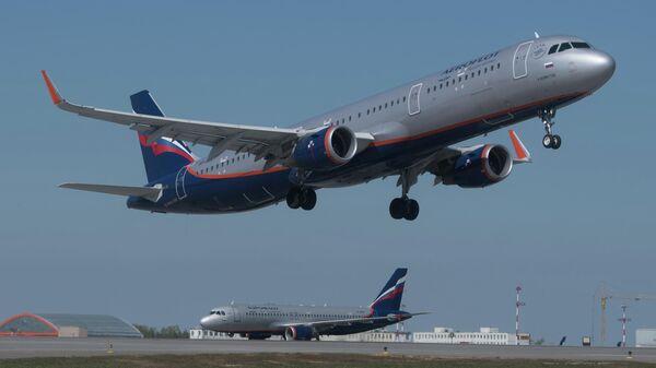 Самолет авиакомпании Аэрофлот взлетает в аэропорту Шереметьево в Москве