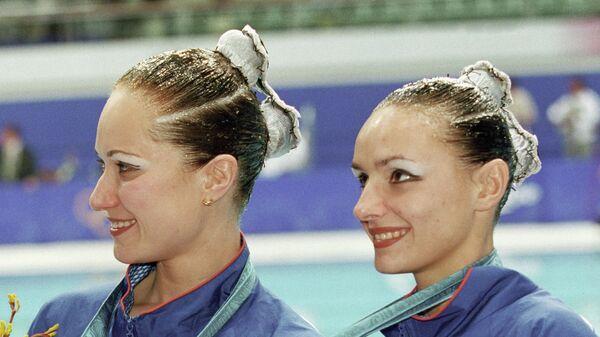 Спортсменки Ольга Брусникина и Мария Киселева, завоевавшие 1-е место в соревнованиях по синхронному плаванию на XXVII летней Олимпиаде в Сиднее