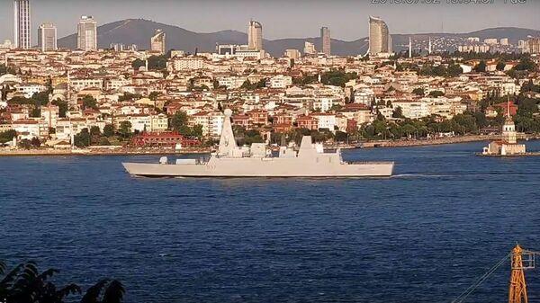 Британский эсминец HMS Duncan проходит через Босфор