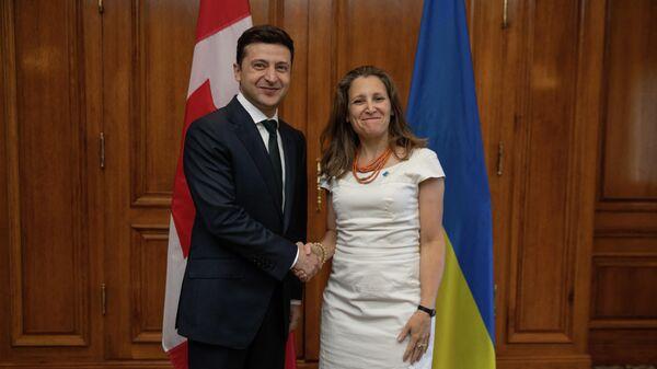 Президент Украины Владимир Зеленский и глава МИД Канады Христя Фриланд во врем встречи в Торонто. 2 июля 2019