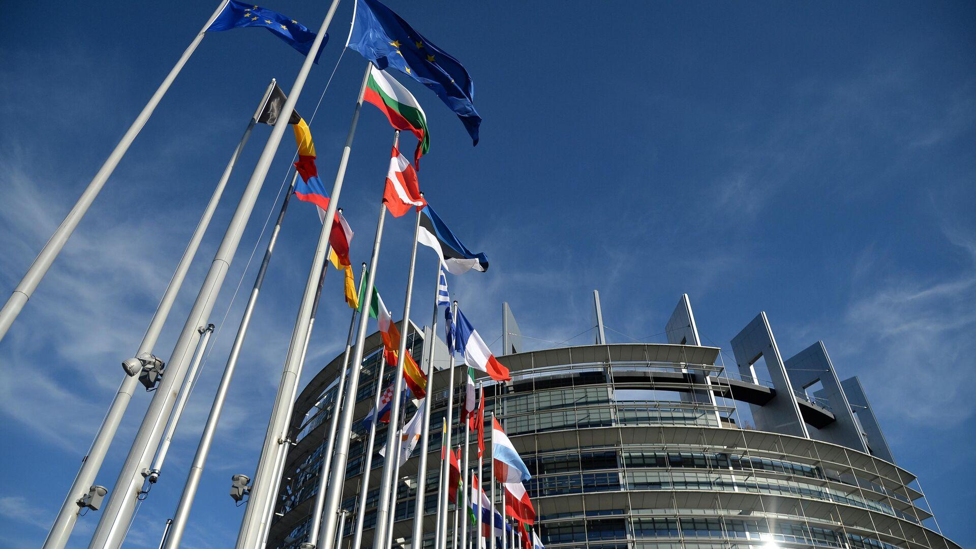 Флаги возле Дворца Европы в Страсбурге - РИА Новости, 1920, 21.06.2021