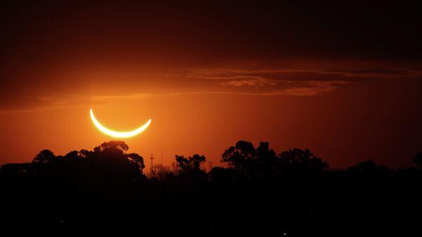 Солнечное затмение в небе над Буэнос-Айресом, Аргентина