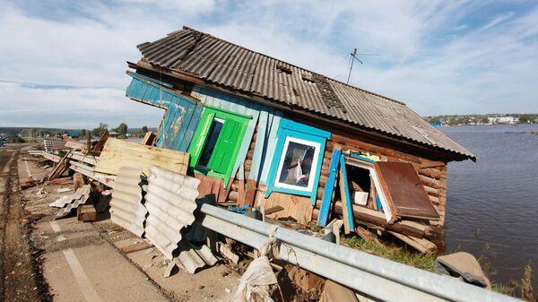Разрушенный паводком дом в городе Тулун в Иркутской области