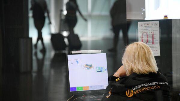 Сотрудник службы безопасности в аэропорту Шереметьево
