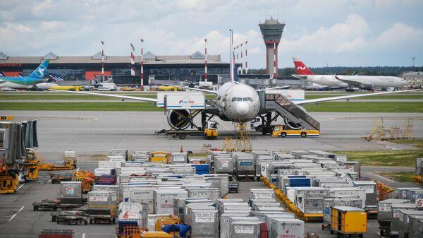 Самолет в аэропорту Шереметьево