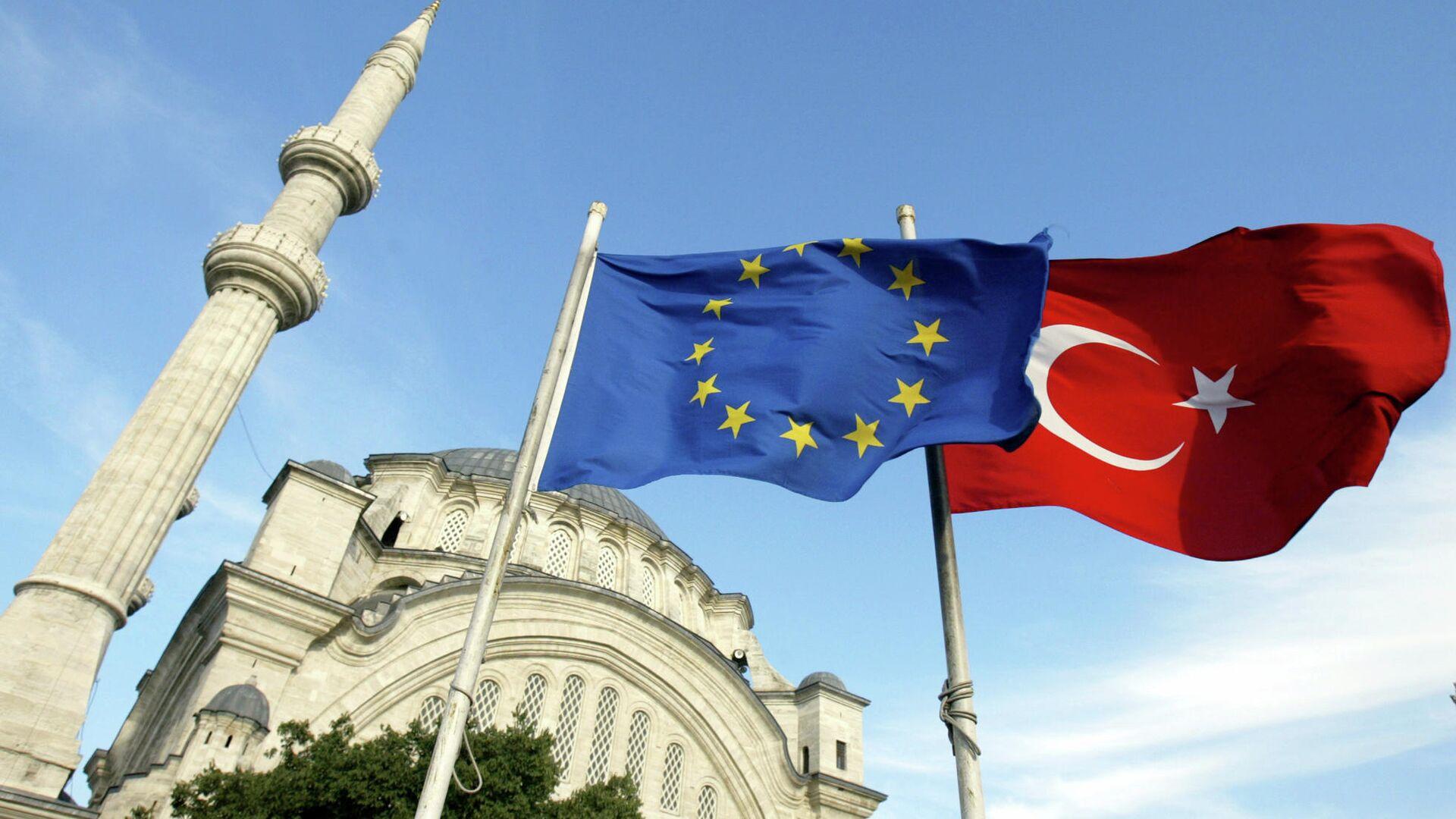 Флаги Турции и ЕС перед мечетью в Стамбуле  - РИА Новости, 1920, 11.12.2020