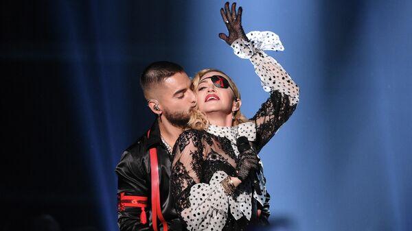 Певец Малума целует Мадонну на Billboard Music Awards в Лас-Вегасе