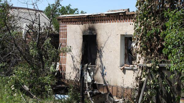 Разрушенный дом в поселке Зайцево города Горловка Донецкой области в результате обстрела украинскими силовиками. 3 июля 2019