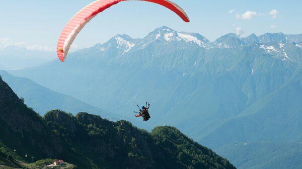 Туристы на параплане на горнолыжном курорте Роза Хутор в Сочи