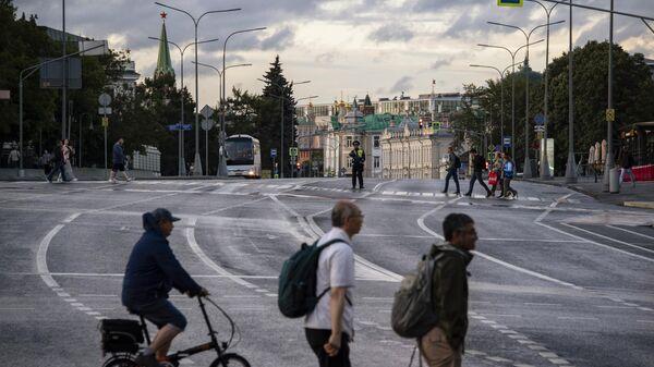 Пешеходы переходят улицу Волхонка в Москве