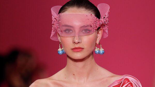 Модель на показе Georges Hobeika в рамках Недели высокой моды в Париже