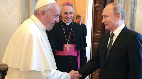 Президент РФ Владимир Путин и Папа Римский Франциск во время встречи в Малом тронном зале Апостольского дворца в Ватикане