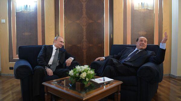 Владимир Путин и председатель партии Вперед, Италия Сильвио Берлусконии во время встречи в павильоне международного аэропорта Фьюмичино в Риме. 5 июля 2019