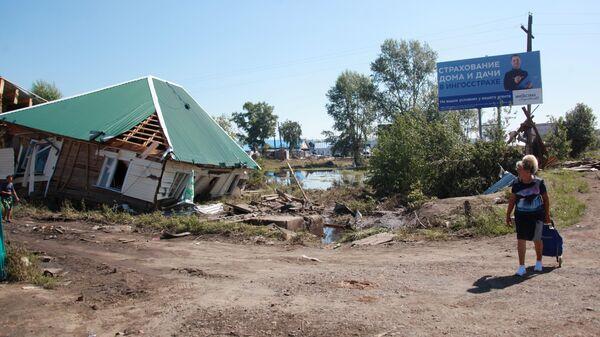 Женщина около разрушенного дома в городе Тулуне Иркутской области