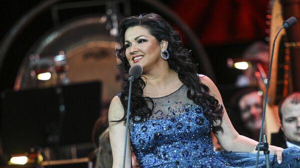 Оперная певица Анна Нетребко (сопрано) выступает на гала-концерте звезд классической сцены в Государственном Кремлевском дворце
