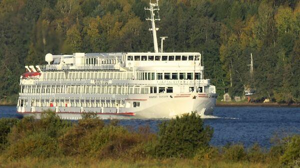 Четырехпалубный пассажирский речной теплоход Викинг Хельги