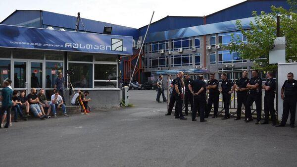 У здания телеканала Рустави 2 в Тбилиси