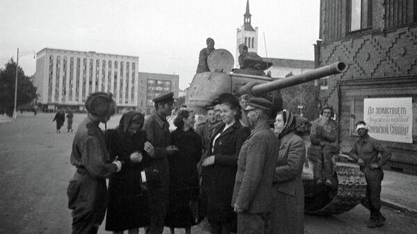 Жители беседуют с советскими танкистами, освободившими Таллин
