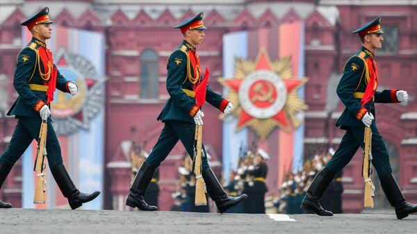 Военнослужащие почетного караула на военном параде на Красной площади
