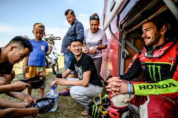 У местных жителей интерес к гонщикам и их боевым машинам - неподдельный