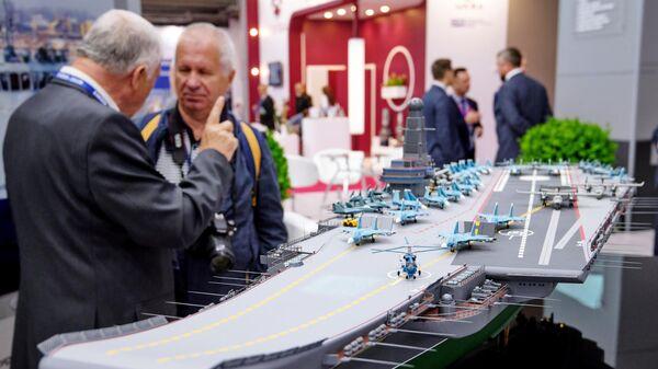 Макет нового авианосца проекта Ламантин на Международном военно-морском салоне в Санкт-Петербурге