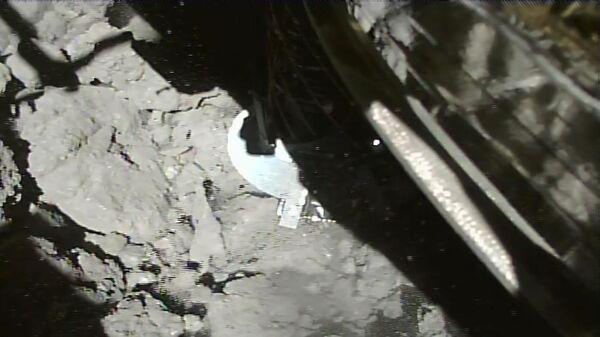 Фотография, полученная в первые четыре секунды после посадки Хаябусы-2 на астероид