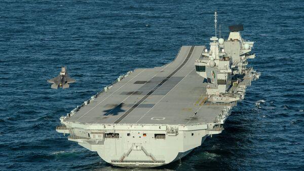Истребитель F-35 совершает посадку на авианосец Королева Елизавета ВМС Великобритании