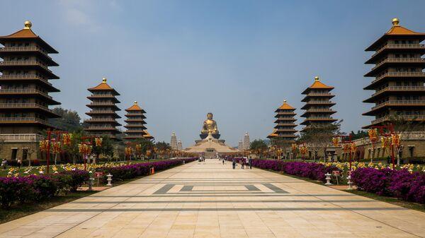 Вид на позолоченную статую Будды на территории монастыря Фо Гуан Сан в городе Гаосюн