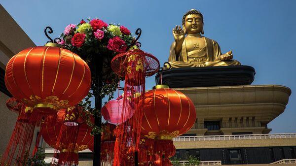 Позолоченная статуя Будды на территории монастыря Фо Гуан Сан в городе Гаосюн