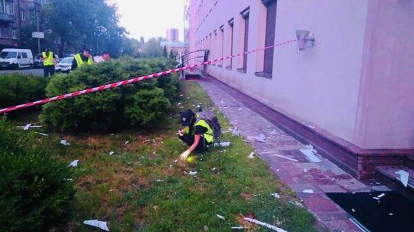 Сотрудники полиции Киева у здания телеканала 112 Украина, которое было обстреляно из гранатомета. 13 июля 2019