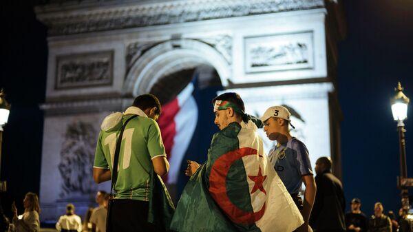 Алжирцы у Триумфальной арки в Париже