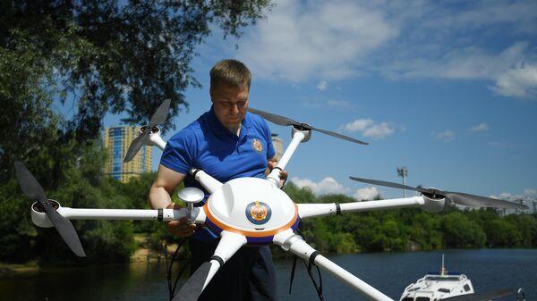 Спасатель демонстрирует беспилотный летательный аппарат на поисково-спасательной станции Строгино в Москве