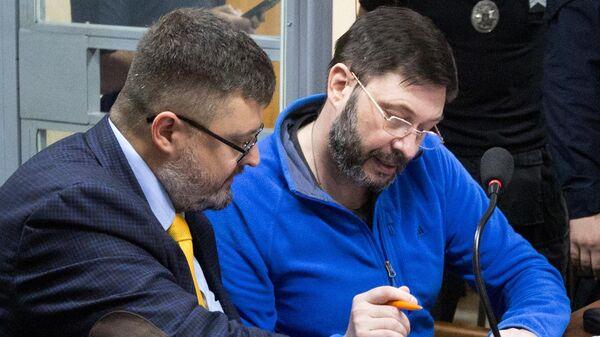 Руководитель портала РИА Новости Украина Кирилл Вышинский (справа) и его адвокат Андрей Доманский на заседании Подольского районного суда Киева. 15 июля 2019