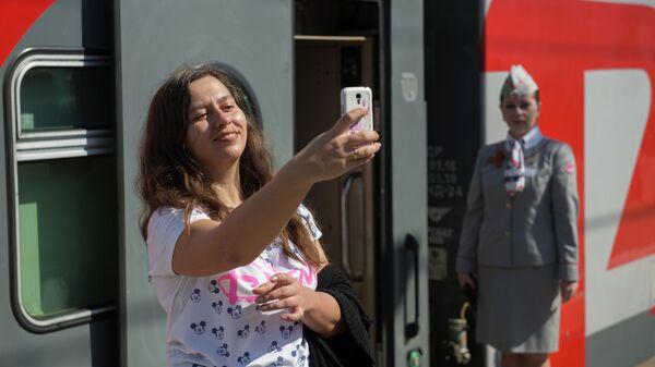Пассажирка на перроне Казанского вокзала перед отправлением поезда Москва-Адлер