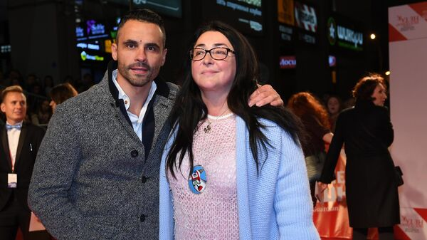 Певица Лолита с супругом Дмитрием Ивановым во время премьеры спектакля Очень смешная комедия о том, как шоу пошло не так